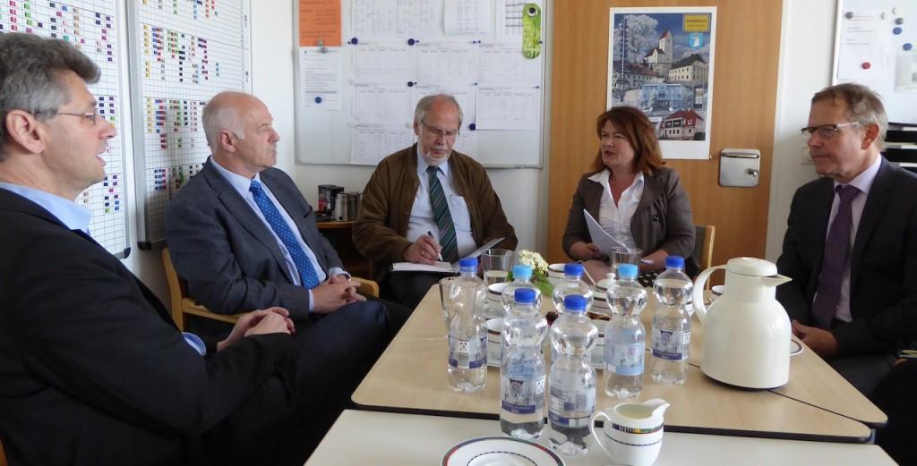 Michael Piazolo und Benno Zierer im Gespräch mit Gemeinderat Harald Jörg, Rektorin Nicola Lachner und Bürgermeister Josef Baumgartner