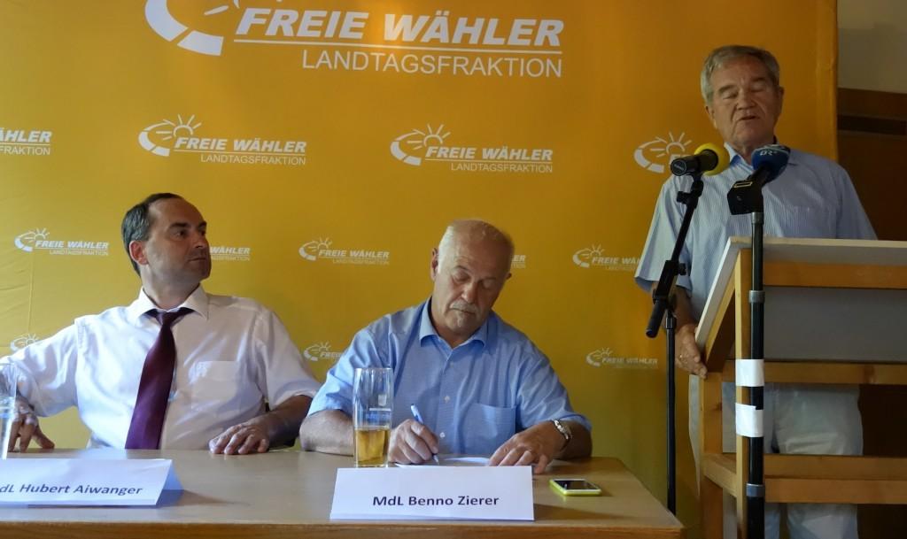 Fraktionschef Hubert Aiwanger, MdL Benno Zierer und Manfred Pointner (v.l.) bei der Diskussionsveranstaltung in Freising.