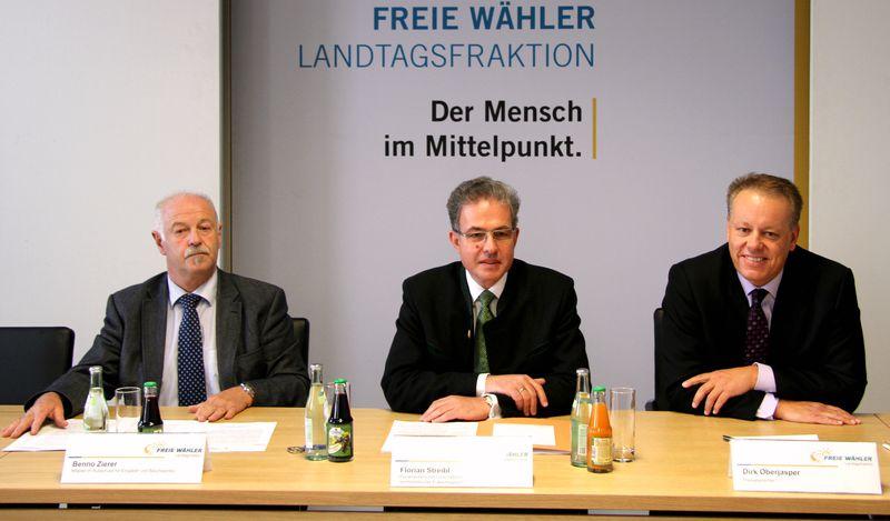 Pressekonferenz zur Vorstellung des Gesetzentwurfes mit Benno Zierer, Florian Streibl und Pressesprecher Dirk Oberjasper (v.l.) (Foto: FW-Landtagsfraktion)