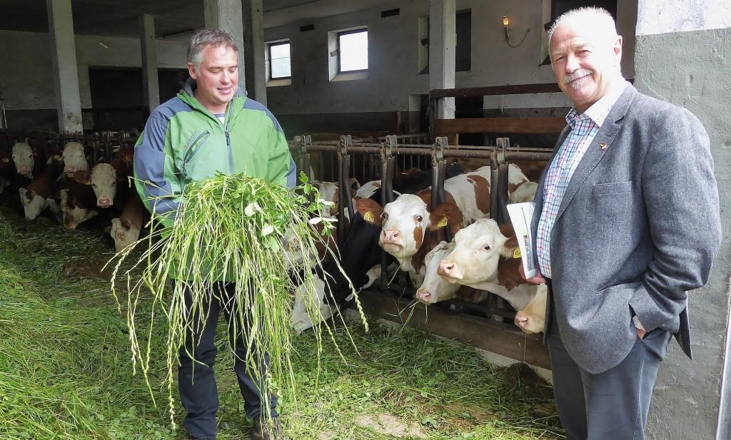 Thomas Mitterer (l.), Leiter der Umweltstation auf dem Seiml-Hof, betreibt biologische Milchwirtschaft.