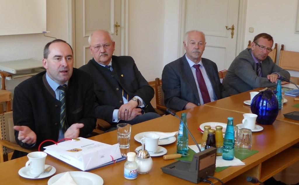 Ein Empfang im Rathaus bei Bürgermeister Herbert Hofauer (2.v.l.) bildete den Auftakt des Besuchs im Landkreis Altötting.