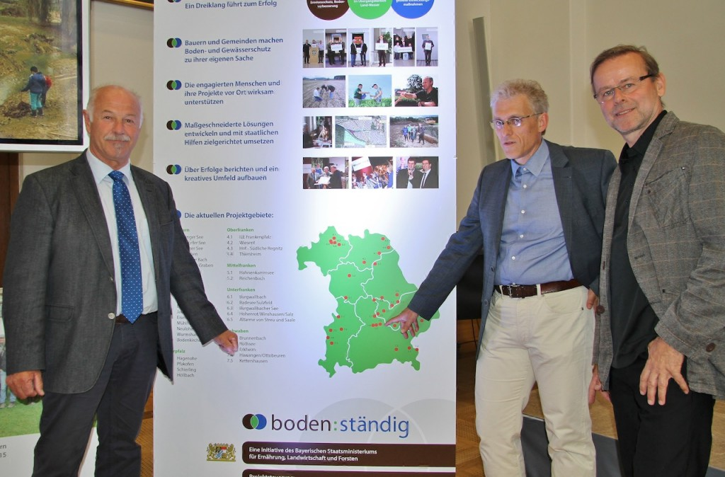 Benno Zierer, Projektleiter Matthias Maino und Dr. Jan Sliva vom Lehrstuhl für Renaturierungsökologie an der TU München (v.l.) weisen auf die drei Projekte im Landkreis Freising hin.